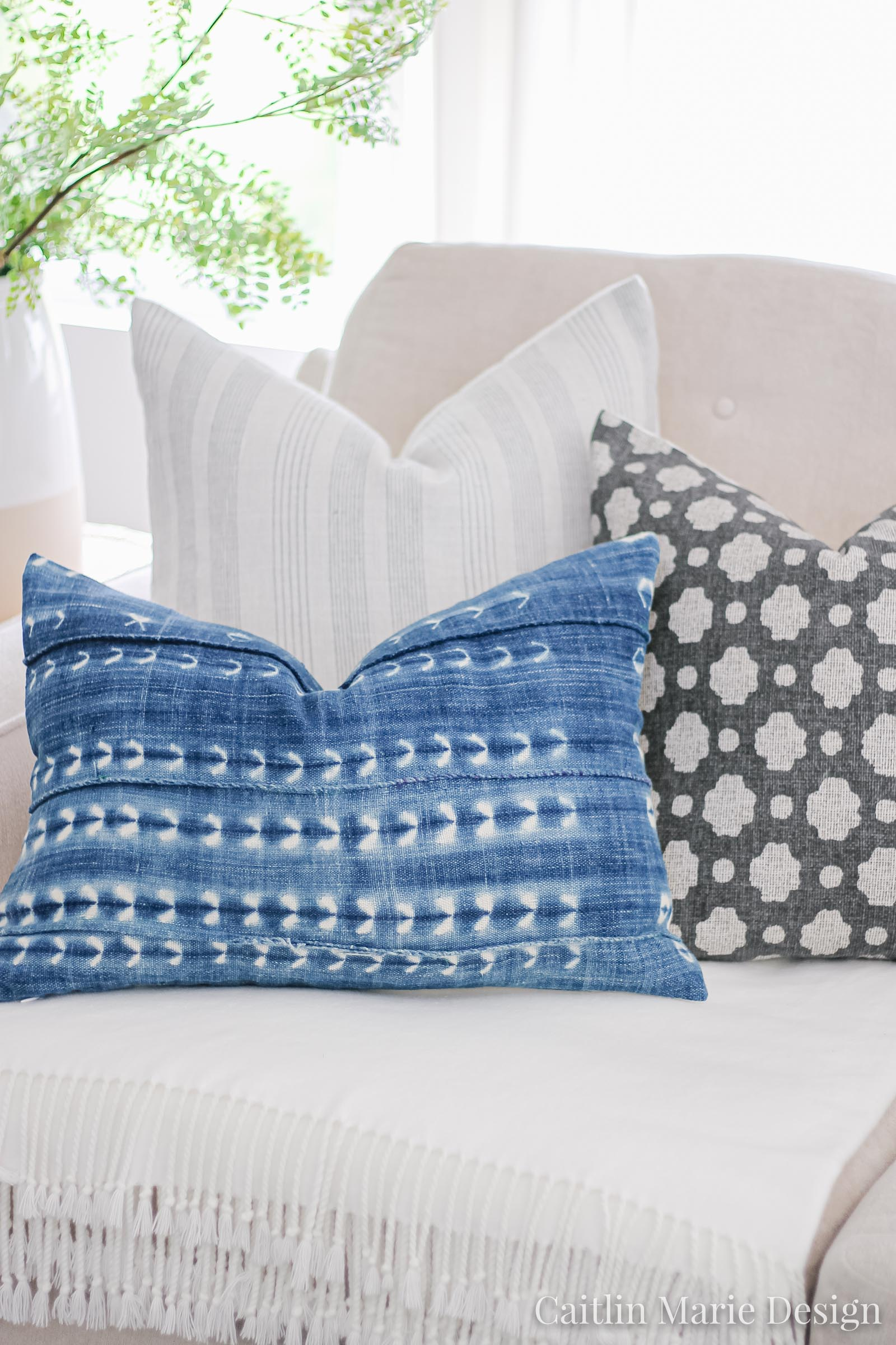How to Layer Throw Pillows for Summer | indigo pillow, Mudcloth pillow, minimalist decor, coastal home, Etsy finds, boho decor